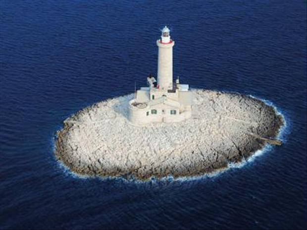 http://www.dumpaday.com/wp-content/uploads/2012/07/lighthouses-36.jpg