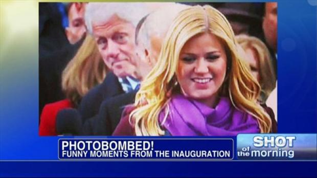 kelly clarkson, photobombed by bill clinton
