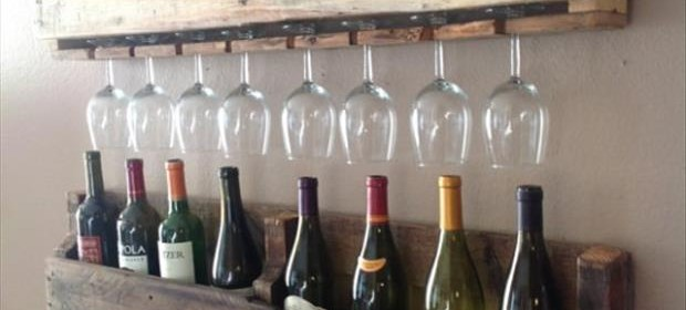 a pallet ideas with wine bottles and glasses