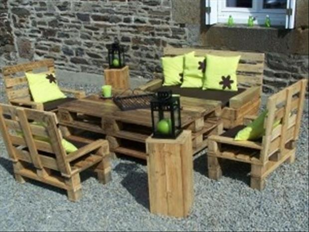 Amazing uses for old pallets 28 pics for Table exterieur palette