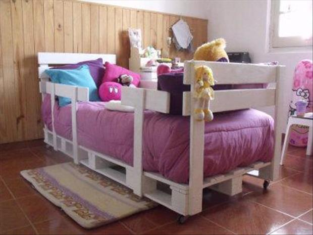 make a kid's bed from old pallets