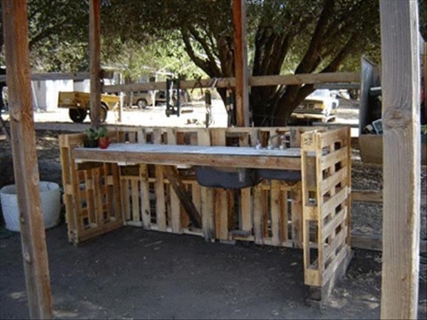 Outdoor Furniture Made of Pallets http://www.dumpaday.com/genius-ideas-2/amazing-uses-for-old-pallets-28-pics/