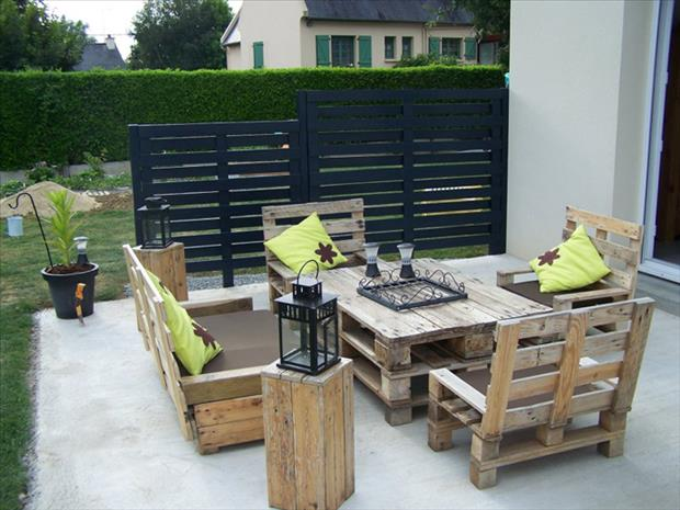 Patio Furniture Made with Pallets http://www.dumpaday.com/genius-ideas-2/amazing-uses-for-old-pallets-30-pics-2/