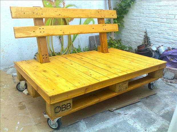 rolling bench made from used pallets