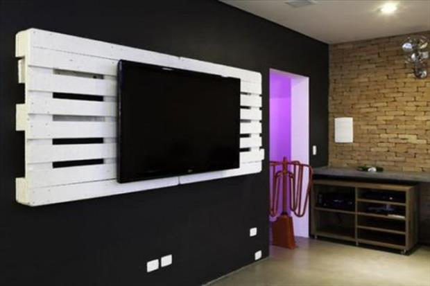 use old pallets to hang your tv