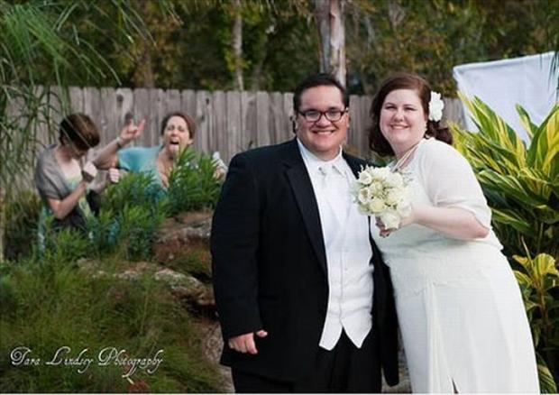 Funny Wedding Photobombs (12)