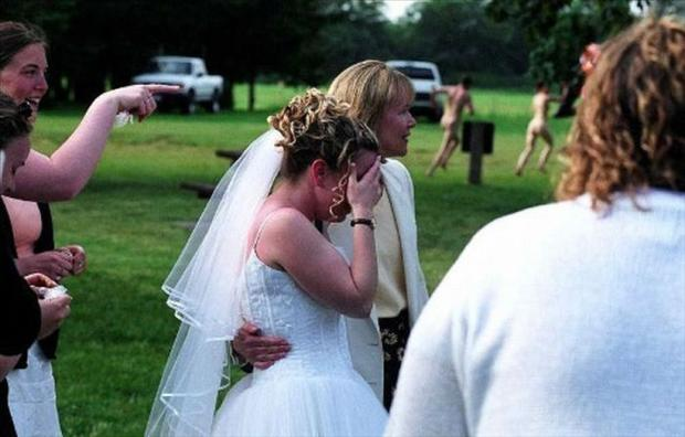 Funny Wedding Photobombs (22)