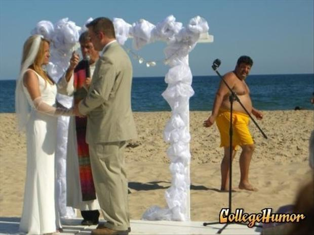 Funny Wedding Photobombs (35)
