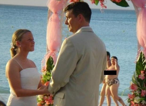 Funny Wedding Photobombs (36)