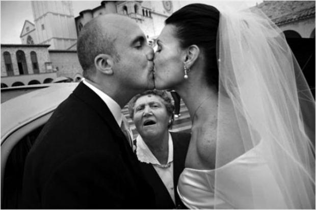 Funny Wedding Photobombs (37)