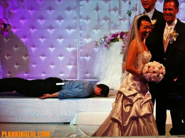 Funny Wedding Photobombs (39)