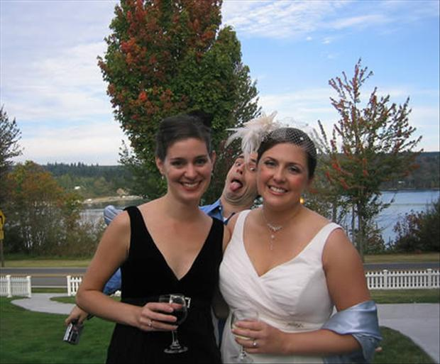Funny Wedding Photobombs (4)