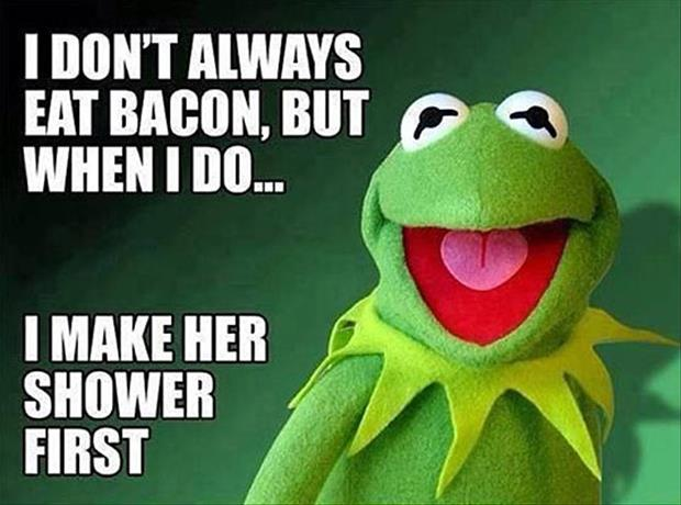 kermit the frog eating mrs piggy