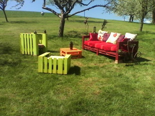 Reuse old pallets dumpaday pictures 12 dump a day - Banc de jardin en bois de palette ...