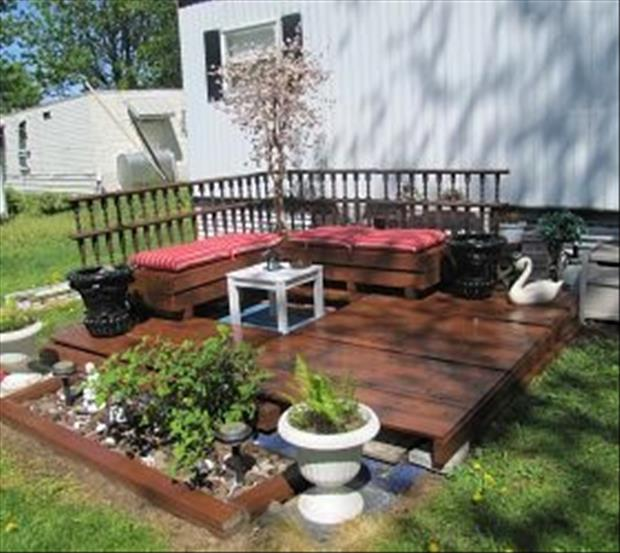 Amazing uses for old pallets 24 pics for Flower beds out of pallets